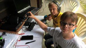 Die Nachwuchs-Funkamateure Steffen und Philip suchen den Äther nach Funkpartnern ab. Foto: Lingener Funkamateure